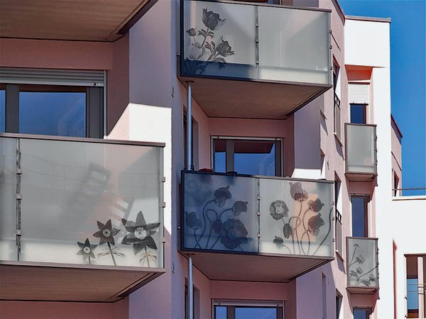 Verschiedene Pflanzenmotive zieren die Balkone. Bilder: Glas Trösch