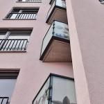 Die bedruckten Scheiben sind an vier Seiten gehalten und mit einer anthrazitfarbigen Unterkonstruktion am Balkon befestigt.