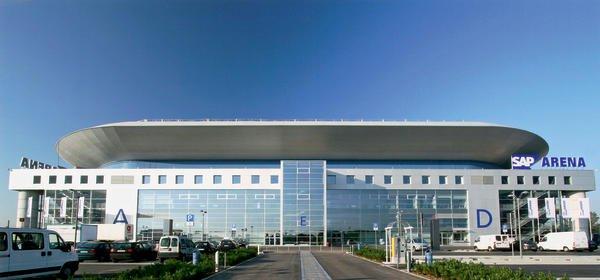 Unter prägnanter Dachscheibe bietet die SAP Arena viel Platz für Sport- und Kulturveranstaltungen.