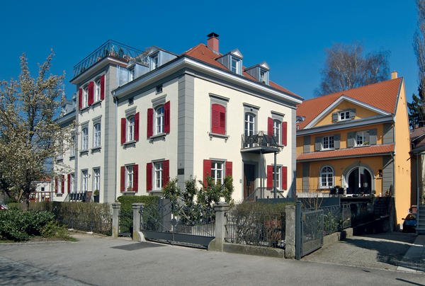 "Villa links mit zurückgesetzter ""Weinhandlung"" rechts dahinter."