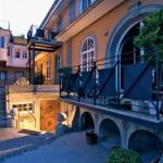 """Weitgehend originalgetreu ergänzt: Stimmungsvoller Innenhof zwischen Villa und """"Weinhandlung""""."""