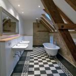 Alte Bausubstanz wurde in die hochwertige Badezimmergestaltung sichtbar mit einbezogen. Bilder: Inka Reiter www.inkareiter.de