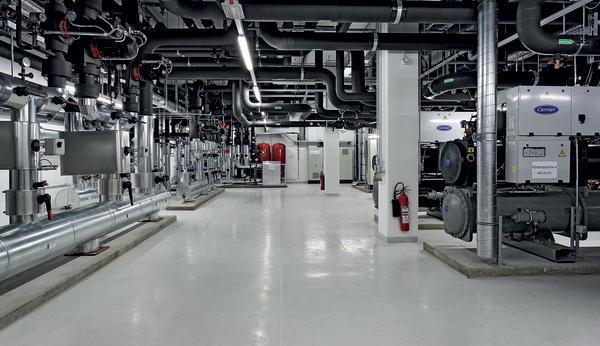Wärme-Kälte-Zentrale mit den Umluftkühlgeräten für den Höchstleistungsrechner.