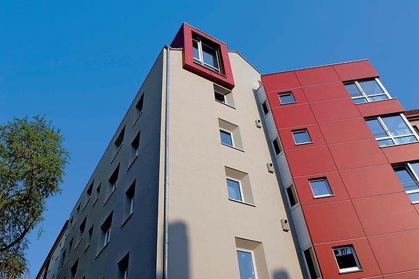 Das Mehrfamilienhaus in Hannover-Linden wurde komplett saniert, erweitert und dem Passivhausstandard angepasst.