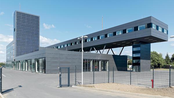 Überragt wird das Gebäude von einem Schlauchturm mit rund 35 m Höhe. Bilder: Wicona