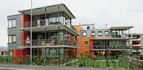 Große Südfenster, leuchtend orange Putzflächen und Schiefer an Dach und Wand prägen das Mehrfamilienhaus in Thalwil. Bilder: Rathscheck