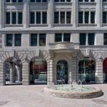 Die innere neue Fassade interpretiert die Originalfassade auf ganz moderne Art.