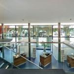 Von der Galerie aus hat man Blick über die Kundenhalle und nach draußen.