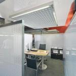 Halbtransparente Kunststoffplatten trennen die Besprechungskojen ab.