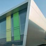 Aluminium-Verbundplatten bilden die neue Hülle des aufgestockten Gebäudeteils. Bild: Uwe Ditz Photographie