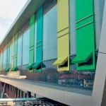 Farbige Paneele mit elektronisch steuerbaren Lüftungsklappen. Bild: Alexander von Salmuth, 4a Architekten