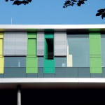 Der Wechsel aus farbigen Paneelen, Fensterflächen und Raffstoren ergibt ein lebendiges Fassadenbild. Bild: Alexander von Salmuth, 4a Architekten