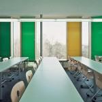 Neuer Klassenraum mit Linoleumboden und Farbakzenten durch die Fassadenpaneele. Bild: Uwe Ditz Photographie