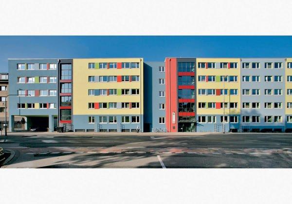 Freundliche Farben gliedern die Fläche in überschaubare Abschnitte. Bilder: Sto