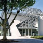 Die typischen Zickzackformen bei Gebäudehülle und -öffnungen kennt man auch von anderen Libeskind-Werken.