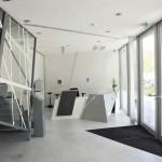 Schräge Linien und spitze Winkel setzen sich auch innen fort, wie der Eingangsbereich zeigt. Bilder: Rheinzink