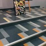 Der Boden wirkt dreidimensional durch die passgenaue Verlegung von Kautschuk-Einzelteilen. Bild: Thomas Goos