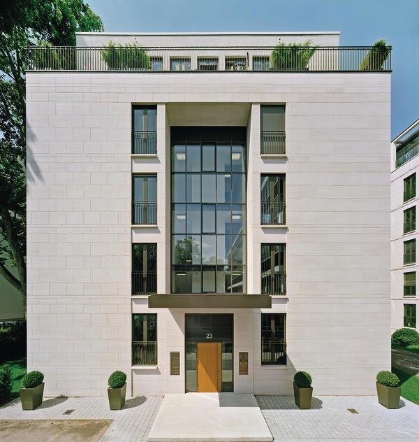 Villa 1: Das niedrigere der beiden Gebäude hat vier Vollgeschosse und ein nach hinten versetztes Staffelgeschoss. Bilder: Jean-Luc Valentin, Frankfurt am Main