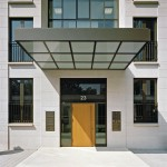 Der Eingang zur Villa 1 wird geprägt durch ein weit auskragendes Vordach.
