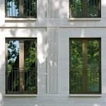 Die kannelierten Fassadenteile von Villa 2 nehmen Anleihen im Klassizismus.