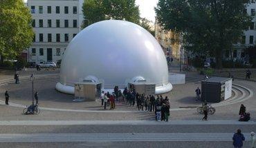 """Der """"InfinityDome"""" ist eine transluzente pneumatische Kuppel, die sich in kurzer Zeit auf- und abbauen lässt und im Innenraum flexibel bespielbar ist. Bild: tat team GbR"""