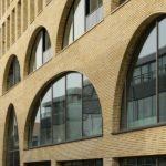 Wohn- und Geschäftshaus Westbeat in Amsterdam mit Backstein-Fassade.