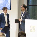 Steffen Szeidl (Drees & Sommer) überreichte den Award an Nikolas Früh, den Gewinner in der Kategorie