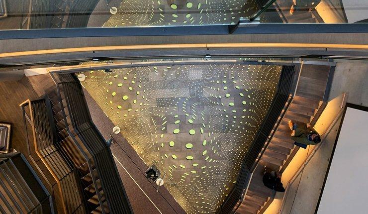 """Blick auf die Rauminstallation """"in bewegung"""" von Achim Zeman. Bild: Christof Rose/Architektenkammer NRW"""