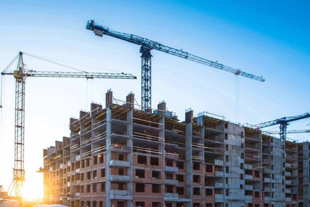 Bau-Boom: Baustelle mit Rohbau und Kran