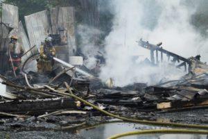 Feuerwehrmänner in einem zerstörten Gebäude nach einem Brand