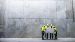 Ingenieure vor einer Betonwand