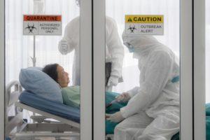 Not-Krankenhäuser: Mit Covid-19 infizierte Patientin in Quarantäne-Raum.
