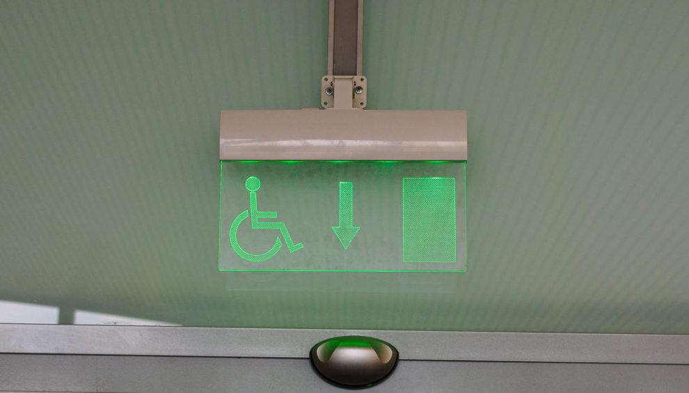Brandschutz und Barrierefreiheit: Notausgangsschild für Menschen mit Behinderung