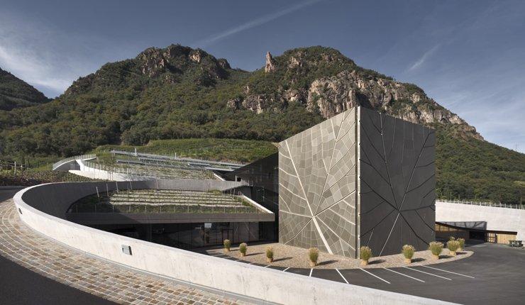 Anfang April 2019 wurde das neue Gebäude der Weinkellerei Bozen offiziell eröffnet. Auffälligstes Merkmal ist die Front mit einem stilisierten Rebenblatt. Bild: Kellerei Bozen