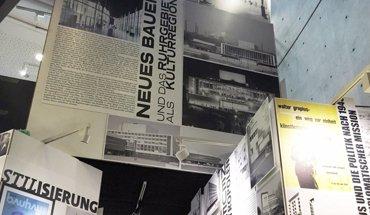 Neues Bauen im Westen: Die außergewöhnliche, modulartige Ausstellungsarchitektur schraubt sich bis auf 7 m Höhe. Bild: AKNW, Christof Rose