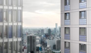 Sonderschau auf der BAU 2019. Rendering eines Gebäudepanoramas mit den Entwicklungen aus dem ArKol-Projekt: solarthermische Jalousie (links) und Streifenkollektor (rechts). Bild: IBK2