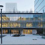 Außenbereich eines Gebäudes, Glasfassade mit Sichtelementen