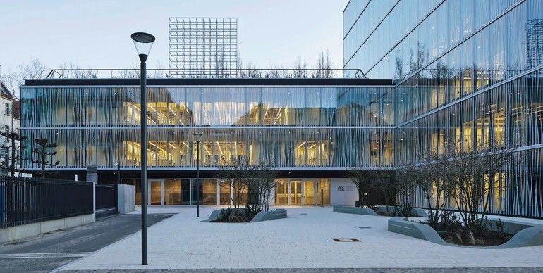 Stahltreppe als Kommunikationsplattform im Forschungsgebäude: 3/4-gewendelte Treppe mit 115 Steigungen ohne Zwischenpodeste gemäß DIN 18065. Bild: Noshe