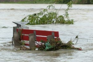 Parkbank bei Hochwasser.