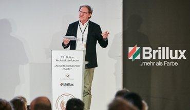Mit über 250 Teilnehmern war das von Burkhard Fröhlich (Bauverlag BV GmbH, Gütersloh) moderierte Architektenforum in Wien komplett ausgebucht. Bild: Brillux