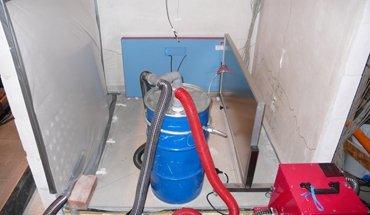 Bautrocknung: Einsatz von verschiedenen Trocknungstechniken, Folienzelt, IR-Strahlungsheizplatten und Unterestrichtrocknungssystem zur Trocknung von Wand und Boden. Bild: Fraunhofer IBP
