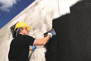 Die »Richtlinie für die Planung und Ausführung von Abdichtungen mit polymermodifizierten Bitumendickbeschichtungen (PMBC)« löst die bisherige KMB-Richtlinie ab. Bild: Deutsche Bauchemie