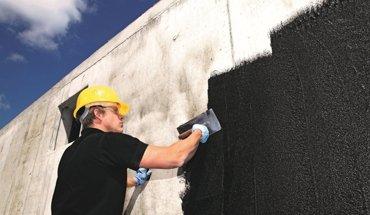 Bauwerksabdichtung mit Bitumendickbeschichtung. Bild: Deutsche Bauchemie