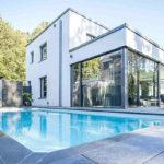 Modernes Einfamilienhaus mit Pool am Waldrand, Bergisch Gladbach. Architektur: Mantzios Architektur, Leverkusen. Bild: Mantzios Architektur