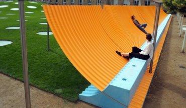 """Betonkunst: Das 50 m lange Kunstobjekt """"Colormaster F"""" von Manuel Franke verleiht dem Garten des Frankfurter Städel Museums eine neue räumliche Begrenzung. Bild: VG Bild-Kunst, Bonn 2017"""