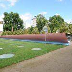 Die Skulptur von Manuel Franke (* 1964) verleiht dem Garten des Frankfurter Städel Museums eine räumliche Begrenzung. Bild: VG Bild-Kunst, Bonn 2017.