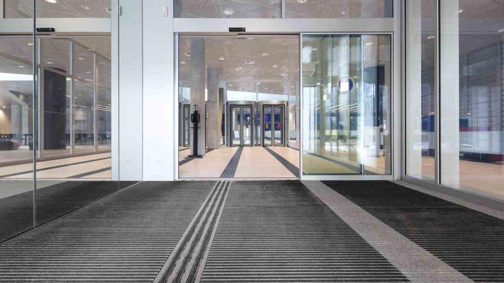 Eingangsmatte von emco mit einem taktilen Bodenleitsystem durch Farb- und Höhenunterschiede für Universal Design
