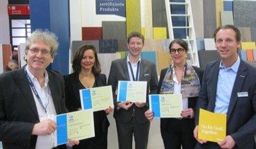 Insgesamt 25 Cradle to Cradle-Zertifikate erhielt Tarkett für ihre Bauprodukte. V.l.n.r.: Prof. Michael Braungart (EPEA GmbH), Maria von Wirth (KOOB Agentur für Public Relations GmbH), Dr. Peter Mösle (Drees & Sommer), Ann-Christine Ayed (Tarkett Holding GmbH), Tilo Höbel (Tarkett Holding GmbH). Bild: Drees & Sommer