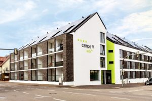 In zentraler Lage in Stuttgart-Vaihingen hat Wohnbau-Studio das erste Studentenwohnheim fertiggestellt, das mehr Energie produziert, als es verbraucht. Bild: Wohnbau Studio