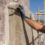 Hanfdämmplatten von Caparol werden nach der Wulst-Punkt-Methode mit Armiermörtel versehen, dann stumpf stoßend am Wandbildner fixiert und anschließend mit jeweils acht Tellerdübeln sicher im Mauerwerk verankert. Bild: Caparol